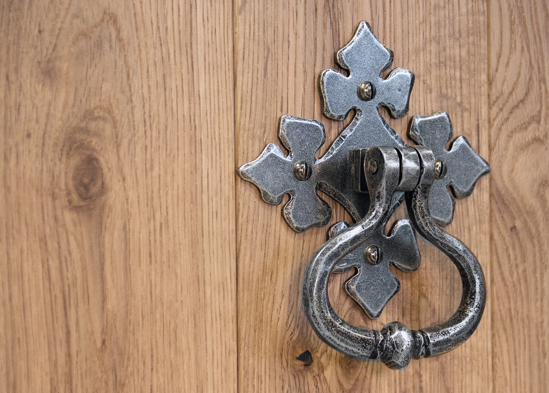 An image of a shakespeare door knocker in pewter.
